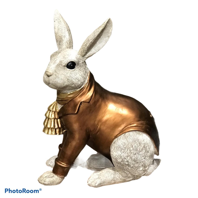 Hare kledd i frakk, kobberfarget. 29x16x40cm